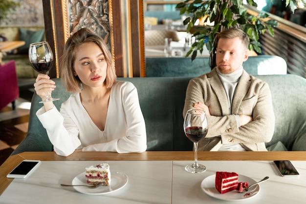 Обиженная женщина разговаривает с мужчиной
