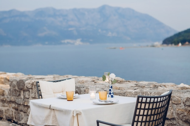 ビーチの屋外カフェの予約テーブル