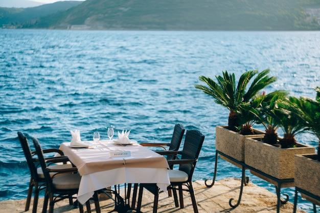 물가에있는 레스토랑의 예약 테이블