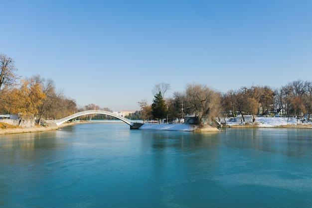 冬のウズベキスタン国立公園の貯水池とタシケントの橋