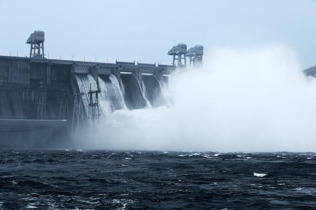 川の水力発電所の水のリセット
