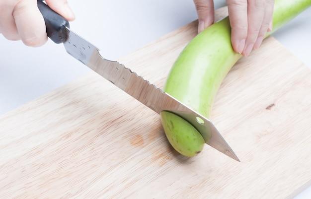 木の板でスライスした新鮮な緑のナス