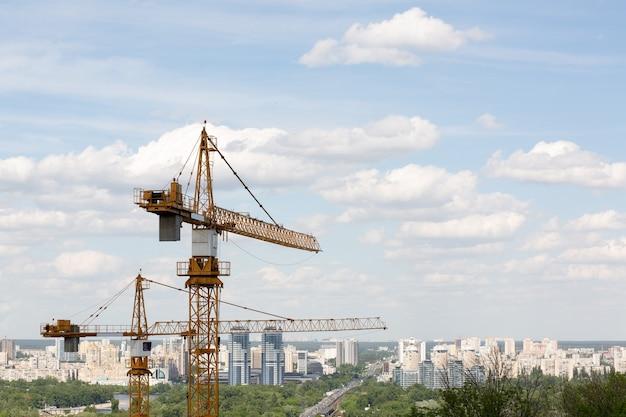 주거용 건물 개념: 다층 주거용 아파트 건설 시 타워 크레인