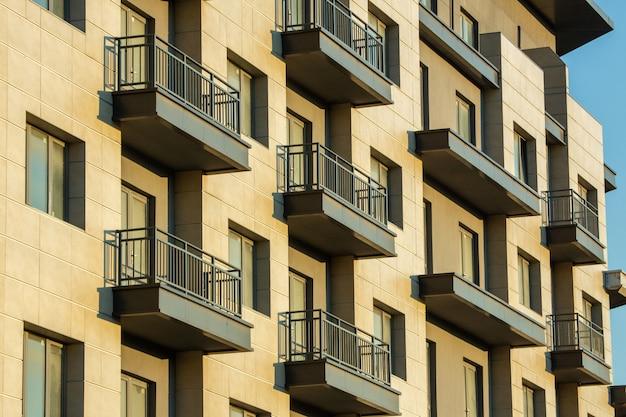 창문과 발코니가있는 주거용 건물