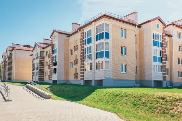 Жилые дома с балконами в городе, градостроительная застройка жилых домов. островец, беларусь