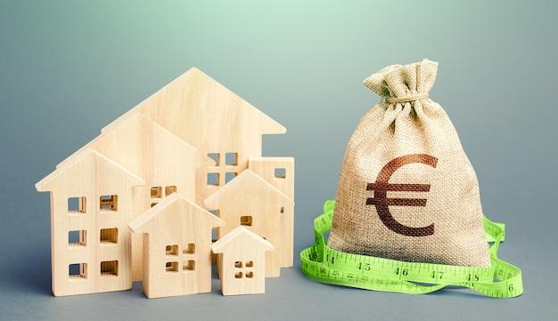 Жилые дома и мешок денег евро