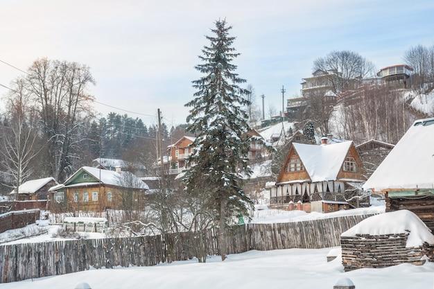푸른 하늘 아래 겨울 날에 비추어 plyos의 산비탈에있는 주거용 주택 및 호텔