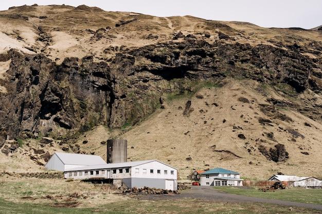 Жилые дома и производственные помещения сельскохозяйственных предприятий у подножия горы