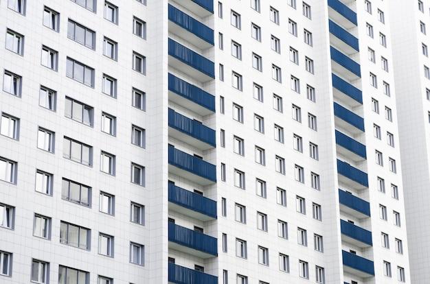 同じバルコニーと窓のある住宅