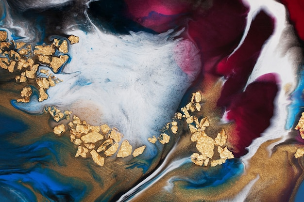 レジンアート。抽象画。金箔を追加してアクリルを注ぐ。