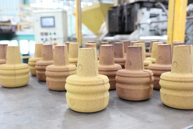 鋳造プロセス用の樹脂被覆砂製品;工業製造装置