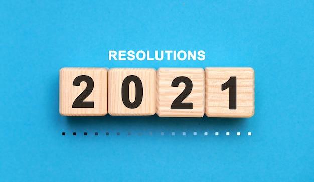 青い背景の上の木製の立方体の解像度2021年