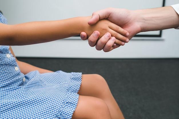 Уважайте дело взрослых детей концепции равенства. взаимопонимание разных возрастных групп общества