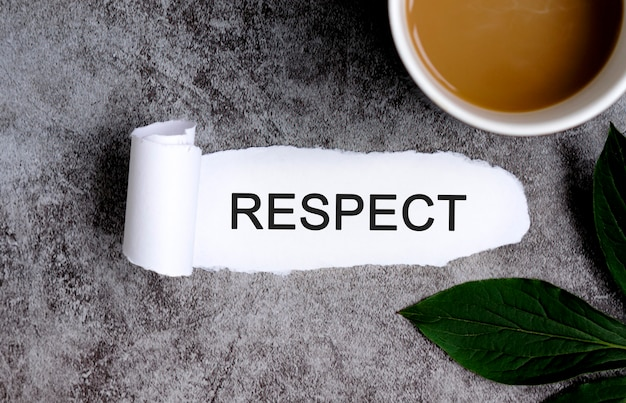 Уважение с чашкой кофе и зеленым листом