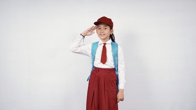 Уважительная азиатская девочка начальной школы, изолированные на белом фоне