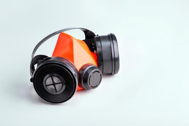テキストのための場所と灰色のテーブルの上の呼吸器。保護具のコンセプト。