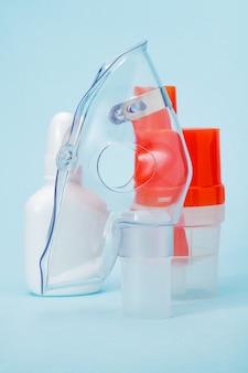青のコンプレッサー吸入器用の呼吸マスクと噴霧カップ。