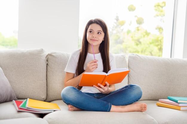 Ответственный ученик школьница делать домашнее задание держать ручку писать блокнот