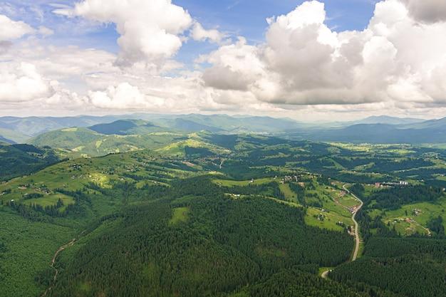 여름에는 우크라이나 카르파티아 산맥에서 휴식을 취하고 산꼭대기에 있는 텐트에서 하룻밤을 지내십시오.