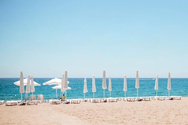 해변에서 휴식을 취하세요. 폐쇄된 해변은 대서양 근처에 활을 쏘고 있습니다. 터키의 해변입니다.