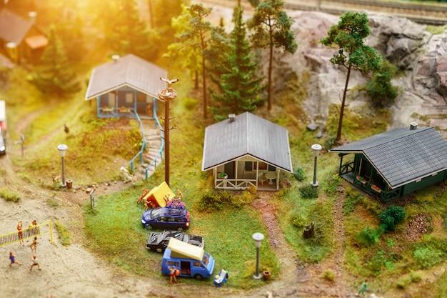 Отдых на озере с палатками в миниатюре