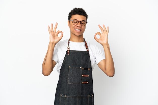 선 포즈에서 흰색 배경에 고립 된 레스토랑 아프리카 계 미국인 웨이터 남자