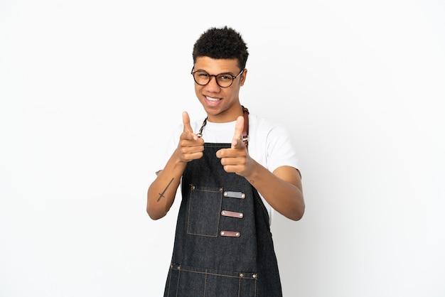 正面を指して笑顔の白い背景で隔離のレストランアフリカ系アメリカ人ウェイター男
