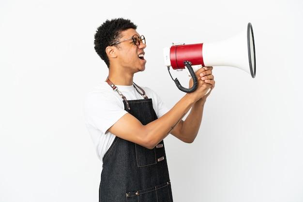 Ресторан афро-американских официант человек изолирован на белом фоне кричит через мегафон