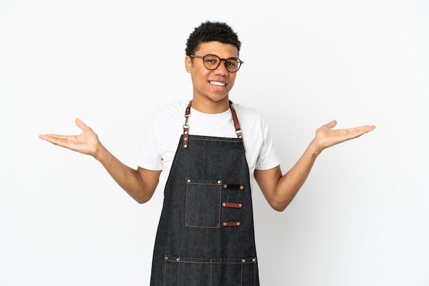 ショックを受けた表情で白い背景に分離されたレストランアフリカ系アメリカ人ウェイター男
