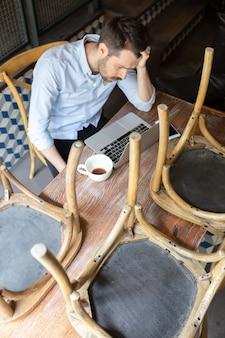 레스토랑, 카페, 바는 covid-19 또는 코로나바이러스 발병 폐쇄로 인해 문을 닫았으며 스트레스를 받는 중소기업 소유주, 우울증. 사업가 지쳐, 화가. 비즈니스, 경제, 금융 위기.