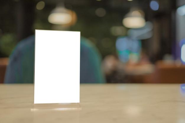 Меню кафе ресторана. рамка меню стоя на деревянном столе в кафе ресторана бара. пространство для текстового маркетингового продвижения