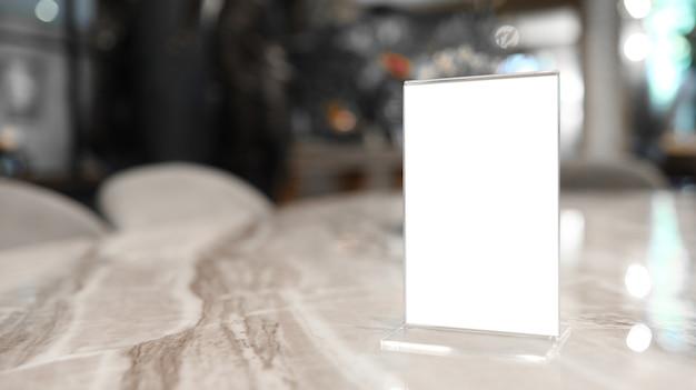 レストランカフェメニュー。バーレストランカフェの木製テーブルの上に立っているメニューフレーム。テキストマーケティングプロモーションのためのスペース