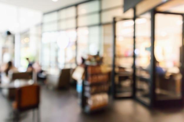 人々が抽象的な焦点ぼけの背景をぼかすレストランカフェやコーヒーショップのインテリア