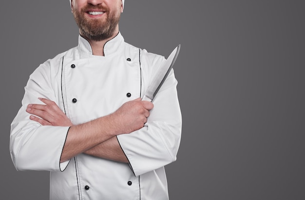 Шеф-повар ресторана с кухонным ножом