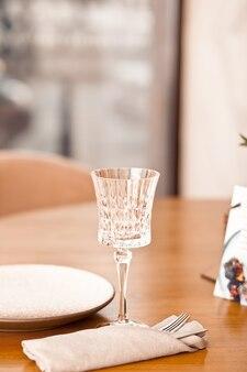 Сервировка места обеденного стола ресторана с пустыми стеклом и пластиной.