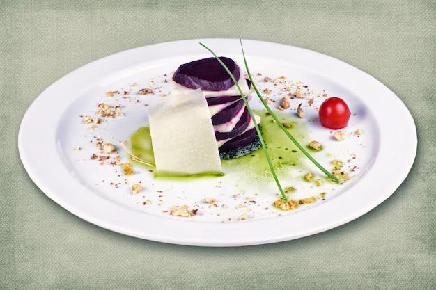 チーズとハーブを添えたビートからなるレストラン料理