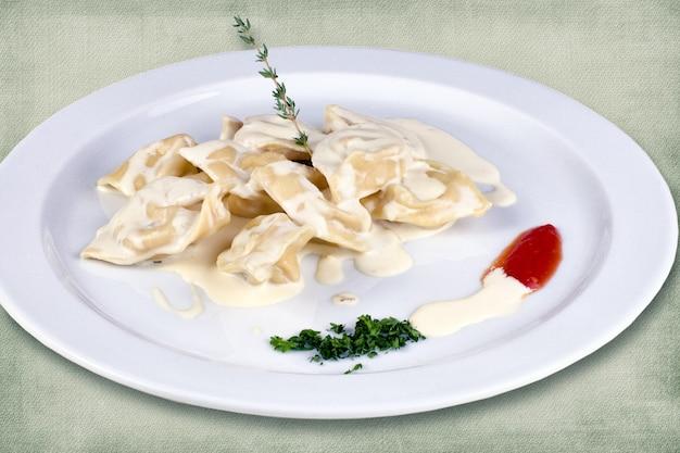 サワークリームとハーブの餃子からなるレストラン料理