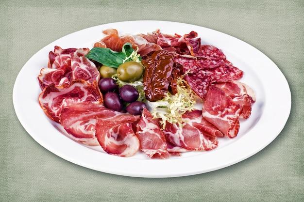 肉とオリーブのレストラン料理