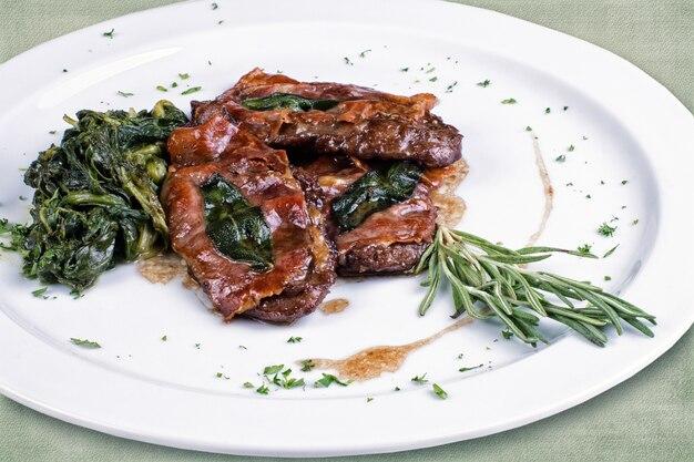 ローストビーフと野菜のレストラン料理