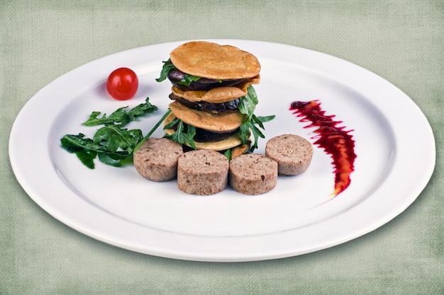 スライドにパンケーキを並べたソーセージのレストラン料理