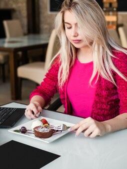 레스토랑 음식 제공. 블로거 라이프 스타일. 레저 개념