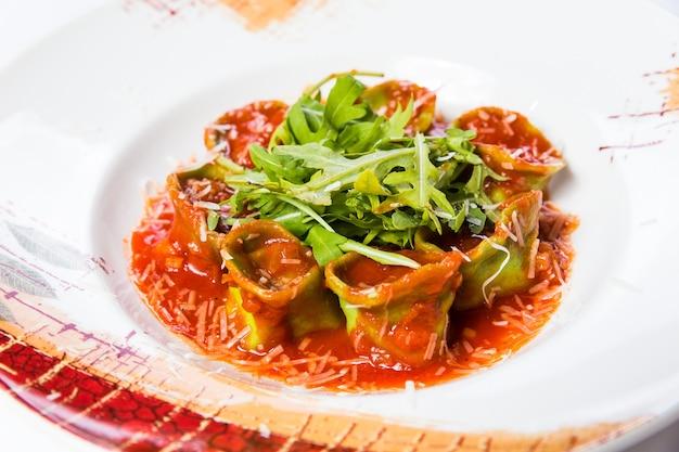 Consegna di cibo sano ristorante, insalata, secondo o primo piatto su superficie bianca