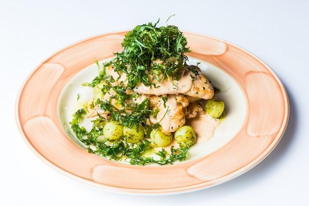 レストランの健康的な食品配達、サラダ、白い表面の2番目の料理または1番目の料理