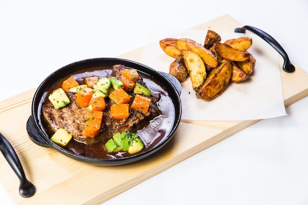 Доставка здоровой еды в ресторане, салат, второе блюдо или первое блюдо на белой поверхности