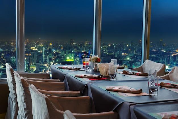 夜のバンコクのレストラン