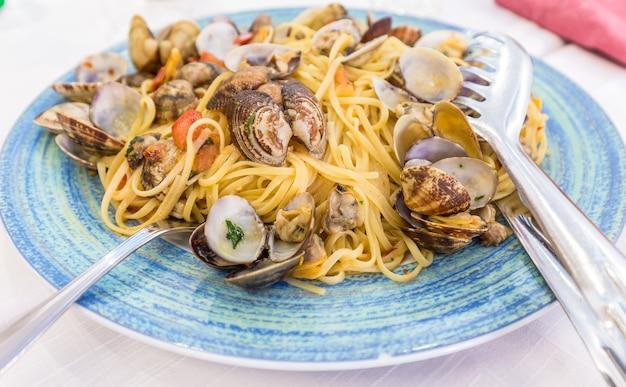 イタリア、ナポリのレストラン。このための写真セットはテーブルに到着しませんでしたspaghettiallevongole