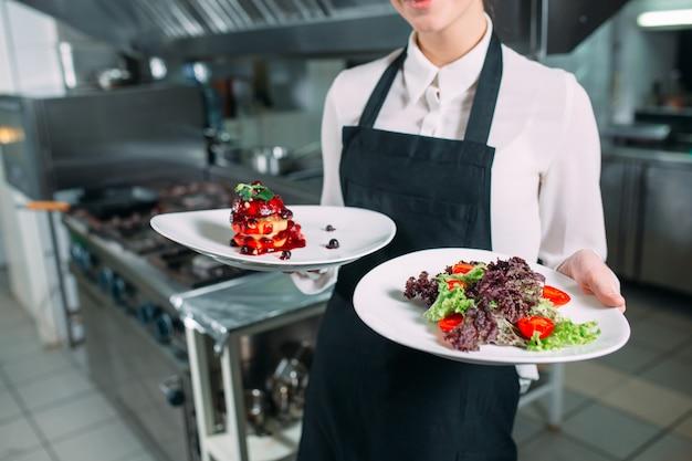 レストランのキッチン。キッチンでポーズをとる既製の料理フォアグラのウェイター。