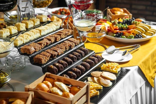 Ресторан обеденный кейтеринг шведский стол с разными сладостями