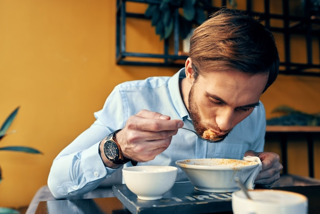Ресторан человек суп и различные блюда закуски на работе обеденный перерыв