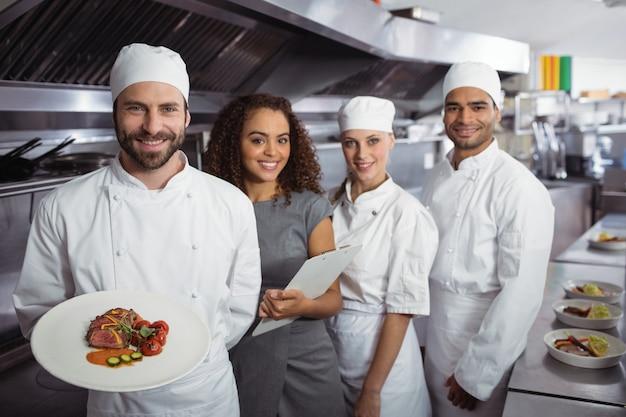 彼のキッチンスタッフとレストランマネージャー